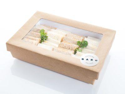 Caja de sandwichitos de huevo y bacon. Canapés fríos a domicilio Madrid