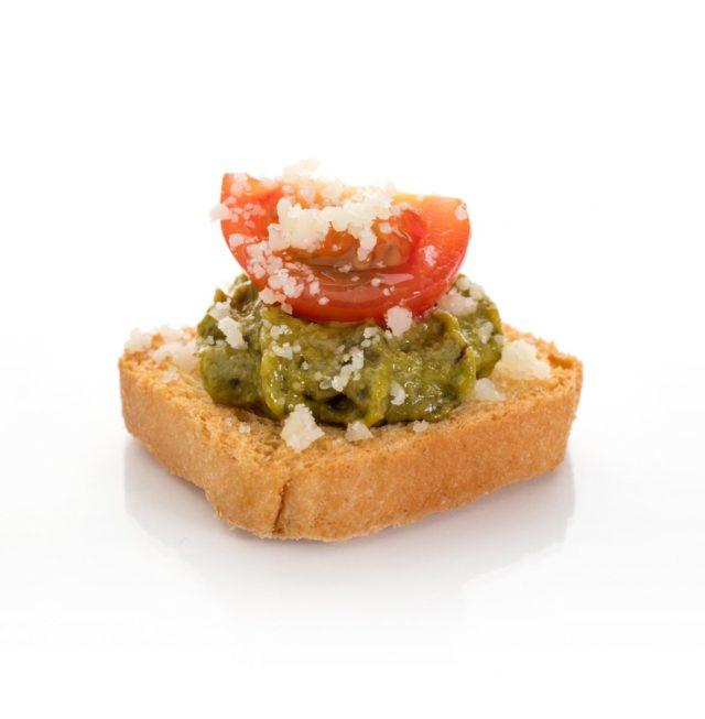 Tostaditas de Pesto con Tomate y lascas de Parmesano. Aperitivos a domicilio Madrid