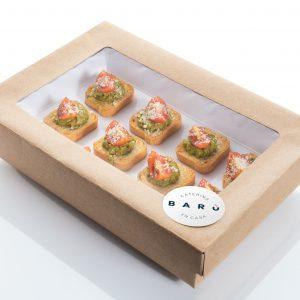Caja de tostadas de pesto con tomate. Canapés fríos. Aperitivos a domicilio Madrid
