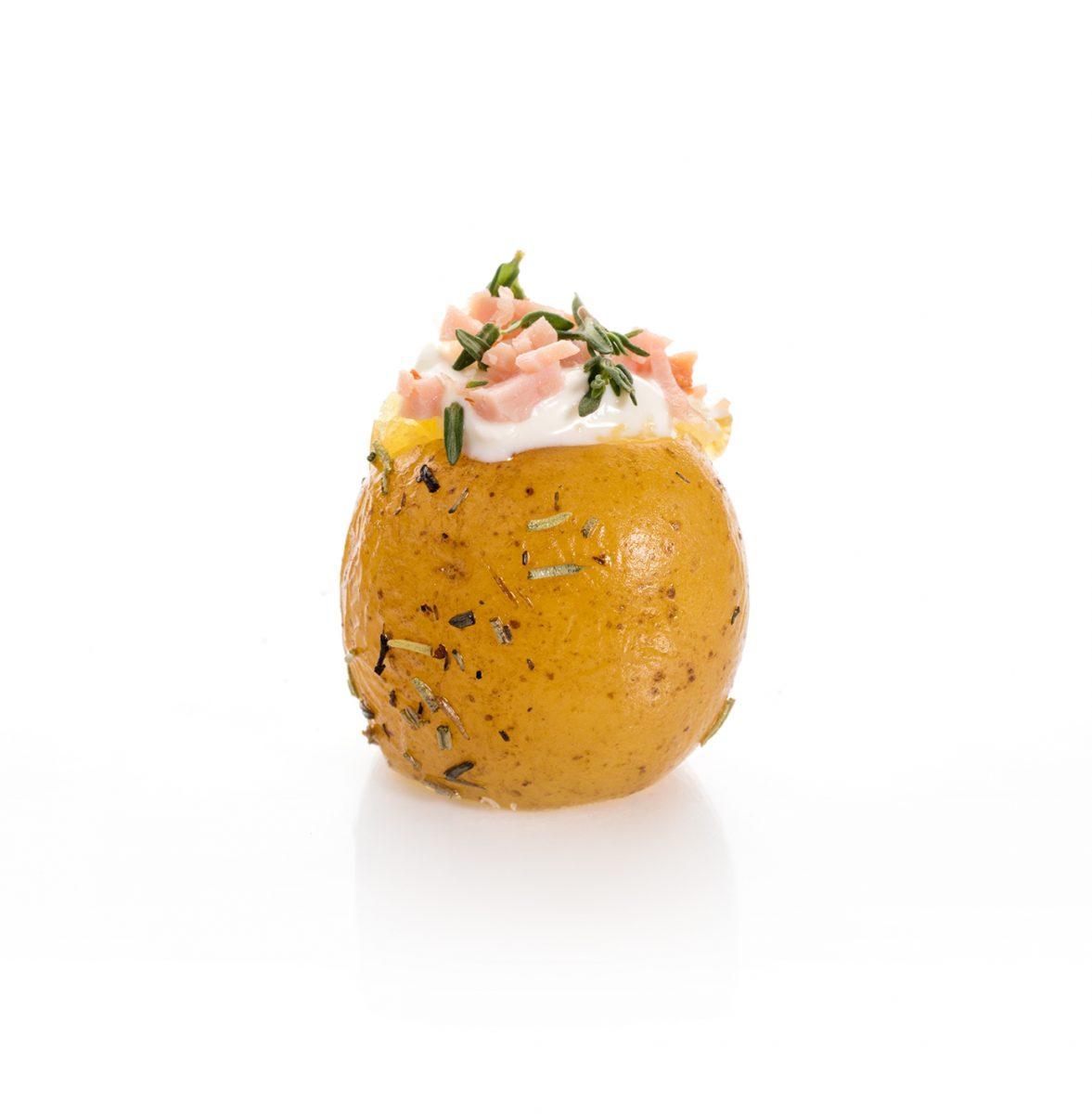 Mini Patatas Asadas con crema fresca y bacon. Canapés fríos a domicilio Madrid