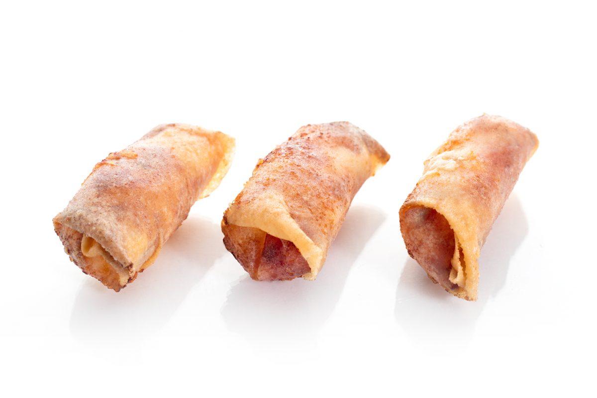 Rollitos de pasta brick con queso de cabra y grosellas. Tapas a domicilio Madrid