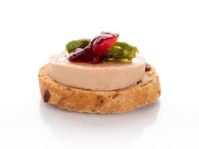 Tosta de Foie con Trigueros y Jalea de Grosellas. Canapés fríos a domicilio Madrid